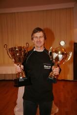 Walter Kahri freut sich über die Wanderpokale für die 1. Plätze sowohl der allgemeinde Clubmeisterschaft wie auch der 50+ Meisterschaft.