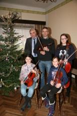Ein Musikschulensemble umrahmte die Feier, vorne von links: Hannah Würschinger und Laureen Buchinger, hinten von links: Bgm. Reinhard Breitner, Luke Cleghorn und Eleonore Weininger