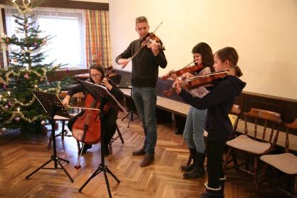 Eleonore Weininger, Luke Cleghorn, Hannah Würschinger und Laureen Buchinger (von links) gestalteten die Feier