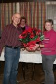 Obfraustellvertreterin Maria Buchinger dankte Peter Nussbaumer mit einem wunderbaren Weihnachtsstern