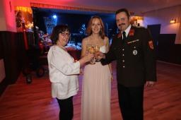 Anni Bollenberger und Doris Herman (von links) feierten einen runden Geburtstag, Kdt. Johann Dorner gratulierte