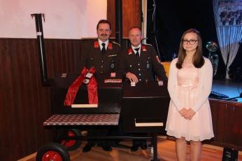 Kdt. Johann Dorner, Josef Wiebogen und Glücksengerl Jessica Schwarz (von links) freuten sich mit dem Gewinner des Hauptpreises, einem Smoker aus der Kunstschmiede Wiebogen, der an Alois Mitterhofer aus Winkling ging.