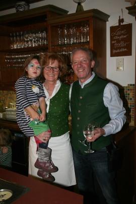 Maria mit Enkelin Karoline und Alfred Ruthmair stellten ihr Heurigenlokal zur Verfügung und sorgten für die Bewirtung