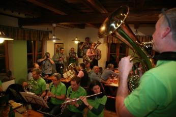 Gute Stimmung herrschte im Heurigenlokal Ruthmair, im Vordergrund spielen die Murstettner, im Hintergrund die Kirchberger Tanzlmusi.