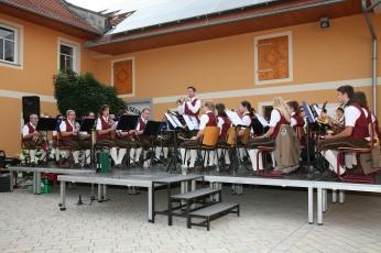 Bei prächtigem Wetter und großartiger Stimmung spielte die Trachtenmusikkapelle Murstetten im Gemeindehof in Perschling unter der Leitung von Kapellmeister Andreas Kos (Bildmitte stehend) auf.