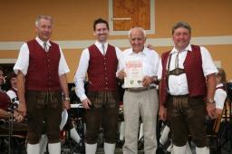 Marin Högl, Kapellmeister Andreas Kos, Adolf Breitner und Musikvereinsobmann Alois Siedl (von links) freuen sich über die 50-jährige Mitgliedschaft von Adolf Breitner