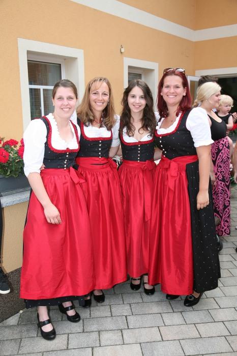 Susanna Ruhm, Doris Hermann, Marina Pegrin und Jessica Bitter (von links) ergänzen als Marketenderinnen die Trachtenmusikkapelle Murstetten.