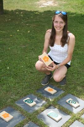 """Bezirksleiterin Michaela Eder zeigt das neue """"Tic Tac Toe"""" - Spiel am Spielplatz in Perschling"""