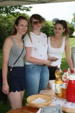 Jasmin Dürauer, Irina Mayer und Sophie Dürauer (von links) sorgten für Imbisse