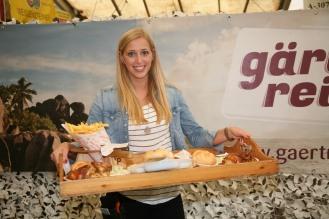 Julia Gastegger servierte die von der FF perfekt zubereiteten Grillhenderl