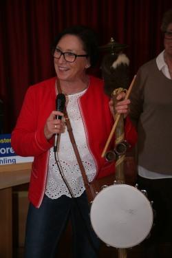 Sissy Lackner stellte die Mitglieder des Mühlbergzupfer Gratuliervereins vor