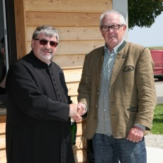 Hans Richard Neuhauser nützte die Gelegenheit und gratulierte Pfarrer Johannes Schörgmayer zum 71. Geburtstag