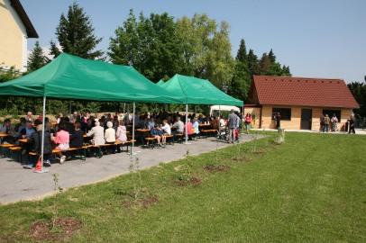 Die Kirchenwiese bietet neben der Sanitäranlage nicht nur einen befestigten Platz für Heurigengarnituren und Zelte, sondern wurde mit 192 (!) Wildsträuchern und einer Blumenwiese auch ökologisch nachhaltig angelegt.