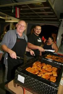 Franz Buchinger und Julian Pinz (von links) bereiten Koteletts