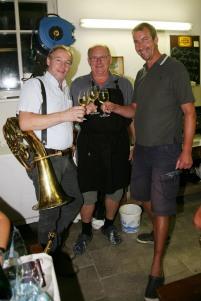 """MV-Obmann Franz Schubert, Franz Buchinger und """"Hauptsponsor"""" Roberto Penco (von links) stießen auf den Geburtstag an."""