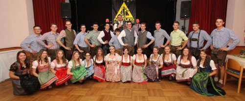 Unter den musikalischen Klängen des Harmonikaspielers Florian Moderbacher (hinten, Bildmitte) eröffnete die Landjugend den Ball