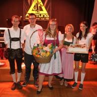 Der Hauptpreis der Tombola, die von Markus Eder, Simon Schwab, Glücksengerl Gerlinde Rödl und Michaela Eder (von links) geleitet wurde, ging an Anna-Maria Burger (Bildmitte)