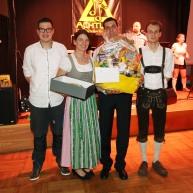 Das Schätzspiel gewann das Ehepaar Monika und Reinhard Scheriau (Bildmitte) und nahm von Simon Schwab (links) und Markus Eder (rechts) den Preis entgegen