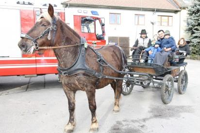 Kdtstv. BI Karl Würschinger lud kleine und große Besucher zu einer Kutschenfahrt.