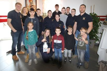 Kdt. Christoph Eigner (rechts) lud mit seinen Kameraden und der Feuerwehrjugend am 24. 12. vormittags zum gemeinsamen Warten auf das Christkind. Neben vieler Kinder kamen auch zahlreiche Erwachsene, die das Friedenslicht abholten