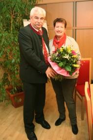 Bgm. Reinhard Breitner überreichte Amtsleiterin Christine Wegscheider einen Blumenstrauß und gratulierte zum 20-jährigen Dienstjubiläum