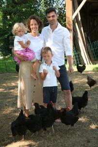 Birgit mit Tochter Eva, Sohn Daniel und Hannes Pickl (von links) im Freilandgehege ihrer 130 Hennen