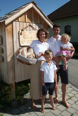 """Birgit, Sohn Daniel und Hannes Pickl mit Tochter Eve (von links) vor der """"Eierhütte"""""""