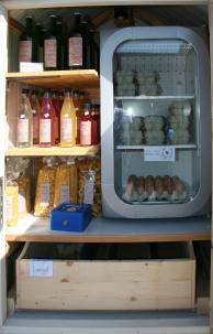 Die Eierhütte enthält neben dem Kühlschrank für die Eier, noch Säfte, Sirupe, Nudeln und eine große Brotlade