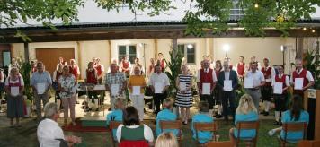 """Obmann Franz Schubert (rechts), der selbst gemeinsam mit seiner Schwester Annemarie Bauer eine Tracht finanziert hat, bedankte sich bei den anwesenden """"Großspendern"""" Michaela Rödl, Anton Klaus, Elisabeth Trimmel (für den Seniorenbund), Franz Buchinger, Eva Hofbauer, Alois Vogl, Elisabeth Huber, Hubert Schmied, Prok. Rudolf Singer (RAIKA), Franz Rödl (Vizebügermeister für die Gemeinde), Kathrin Berger (in Vertretung für Franz und Josefa Rödl) (von links)."""