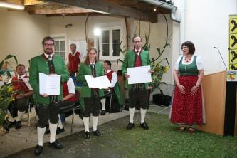 Christian Trimmel, Marlene Ratzinger und Andreas Sattler (von links) wurden von BAG-Obfrau Ingeborg Dockner (rechts) für 15-jährige Mitliedschaft ausgezeichnet.