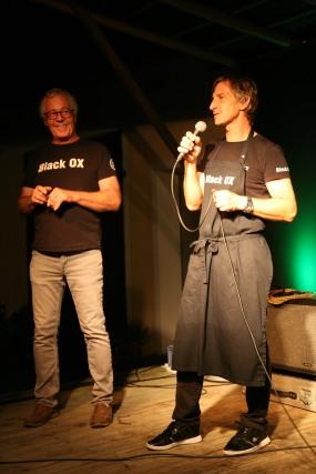 Franz Mader und Walter Kahri (von links) bedankten sich beim Publikum, das trotz Regens ausharrte und versprachen den treuen, wetterfesten Besuchern fürs Bleiben als Dankschön für die nächste Veranstaltungen einen Kartenrabatt!