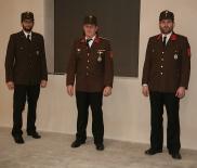 """Das """"alte"""" Kommando"""", V Helmut Schicklgruber, Kdt. OBI Peter Luger und Kdt. BI Karl Würschinger (von links), lud zur Mitgliederversammlung in den beheizten Zubau zum FF-Haus."""