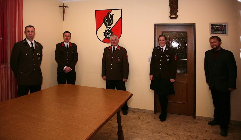 Bgm. Ing. Alois Vogl (rechts) leitete die Wahlen, bei denen das Kommando V Anton Nolz, Kdtstv. BI Martin Gräll, Kdt. OBI Willhelm Eigner und VM Andrea Tscherny (von links) bestätigt wurde.