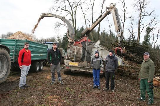"""Die Landwirte beim """"Hacken"""", von links: Stefan Gruber, Andreas Spangel, Elias und Clemens Rödl und Franz Gruber (von links)"""