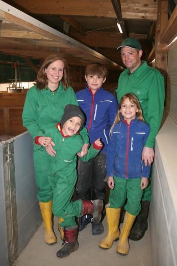 Familienleben für die Landwirtschaft: Dietmar Haas mit Gattin Anna, Sohn Moritz und den Zwillingen Theresa und Marie