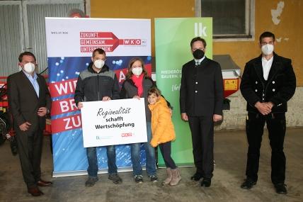 Präsident Wolfgang Ecker, Dietmar Haas mit Gattin Anna und Tochter Theresa, Präsident Schmuckenschlager und Zimmermeister Stefan Winter (von links)