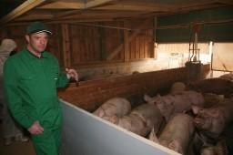 Landwirt Dietmar Haas erklärt die Funktionen des neuen Stalls
