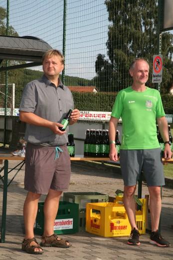 """Bgm. Alois Vogl und LC-Obmann Rene Schmied (von links) führten die Ehrungen durch und übergaben je nach Alter der Teilnehmer und Platzierung unterschiedliche Größen des in Perschling von LC-Mitglied Günter Diendorfer gebrauten Bieres """"s'Grüne"""""""