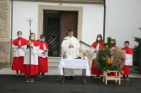 Pfarrer Josef Balteanu segnete vor dem Erntedankgottesdienst den neu gestalteten Kirchenplatz und die dazugehörige Straße
