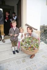 Birgit Pickl verteilte mit Sohn Daniel und Tochter Eva Erntedanksträußchen
